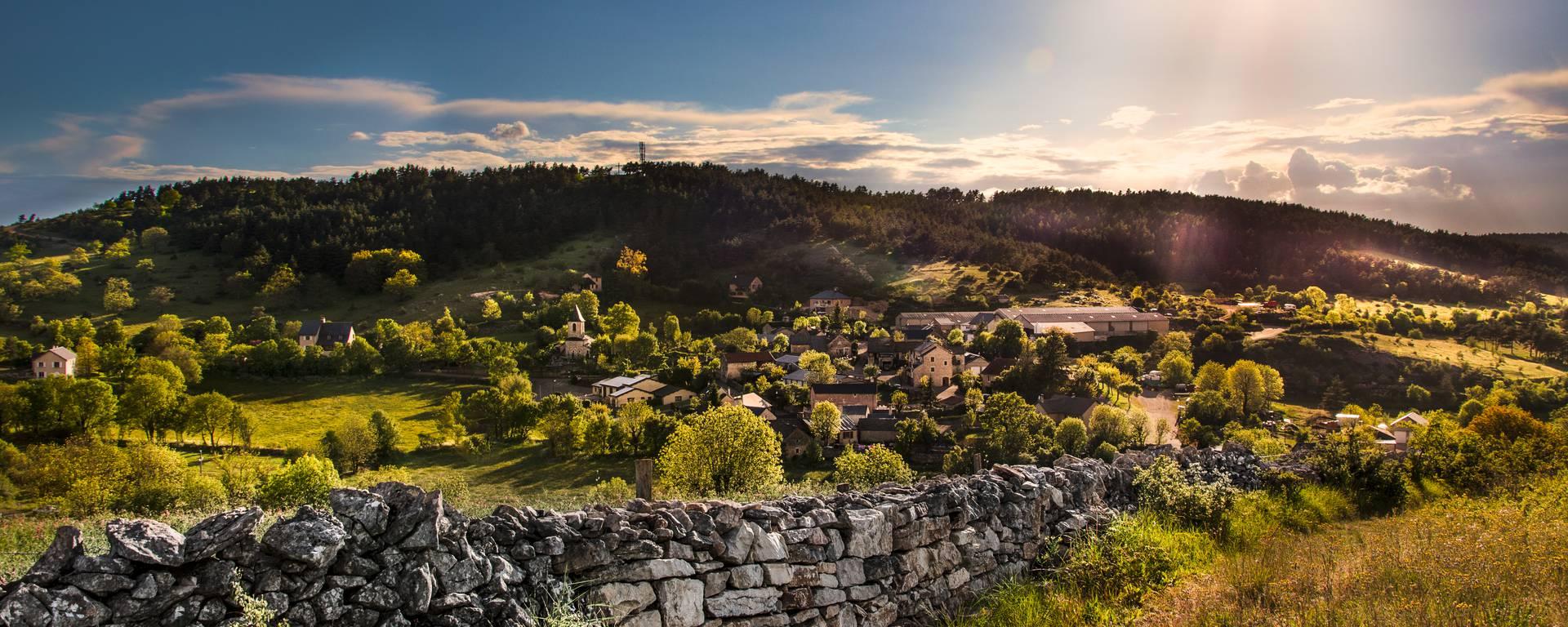 Le village du Recoux sur le Causse de Sauveterre.