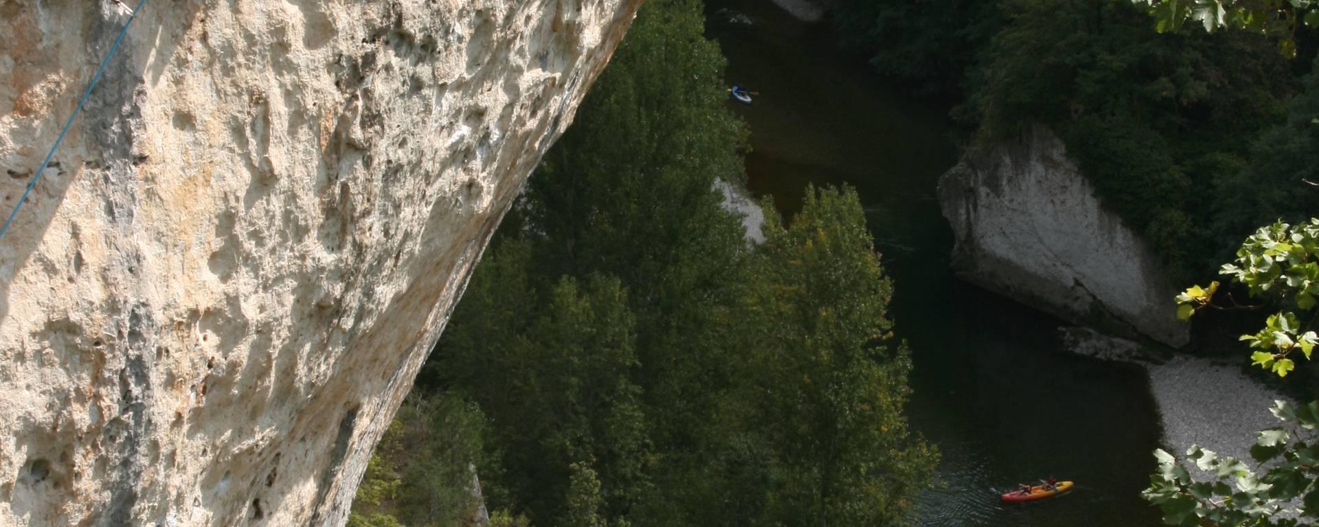 Un grimpeur dans les Gorges du Tarn au Cirque des Baumes