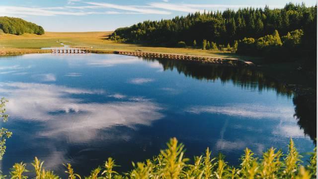 Le lac de bonnecombe sur l'Aubrac.