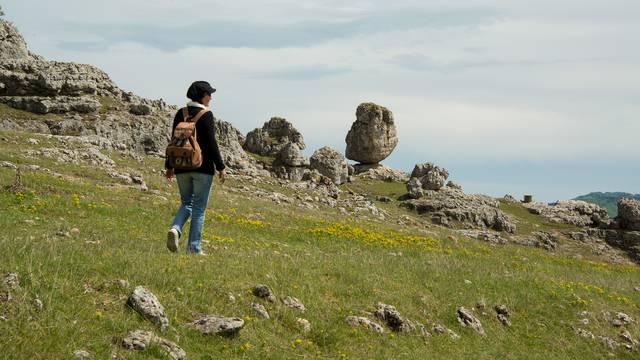 une randonneuse marchant à travers le chaos de Nîmes le Vieux