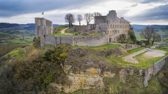 Le château de Sévérac sur son promontoire.