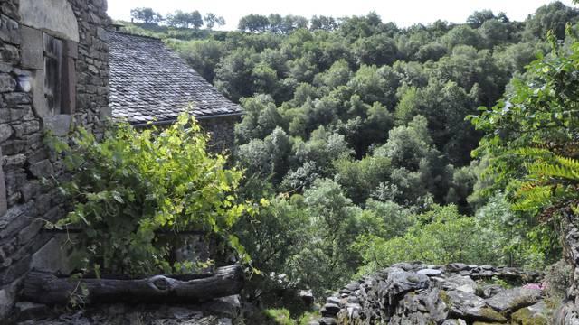 Accès au village mort de Nogaret sur l'Aubrac.