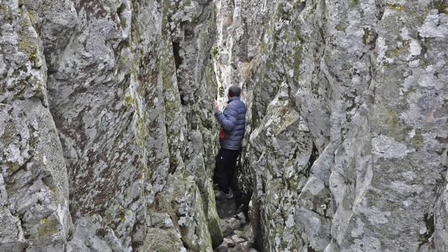 Personne jouant entre deux blocs de granite.