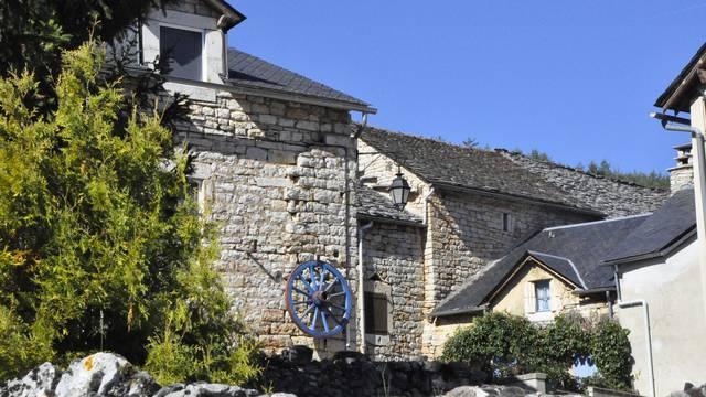 Façades de maisons caussenarde au village de Laval-du-Tarn.