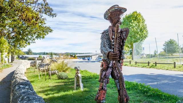 """La statue du berger """"gédéon"""" au village du Massegros."""