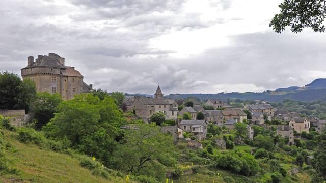 Vue sur le village de Montjézieu.