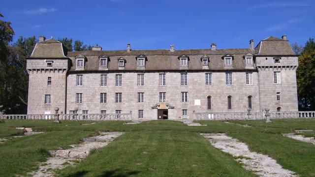 Façade du château de la Baume en Lozère