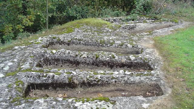 Plusieurs tombeaux mérovingiens à la Tieule d'Auxillac dans la Vallée du Lot en Lozère.