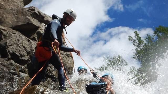 Deux personnes faisant du canyoning dans les Gorges du Tarn