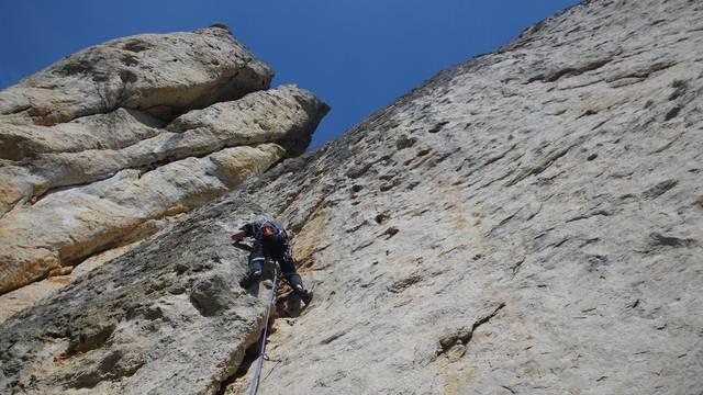 personne escaladant une falaise des gorges de la jonte