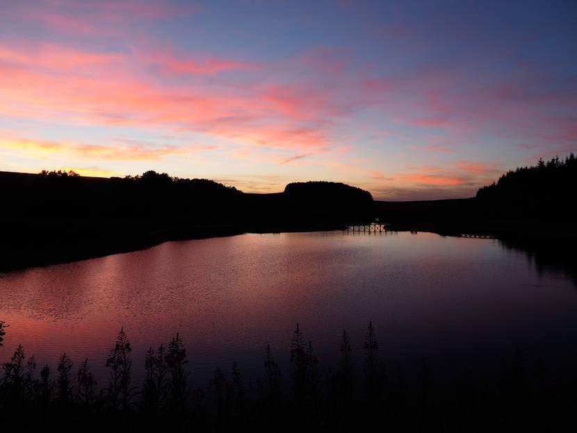 L'étang de Bonnecombe sur l'Aubrac au crépuscule.