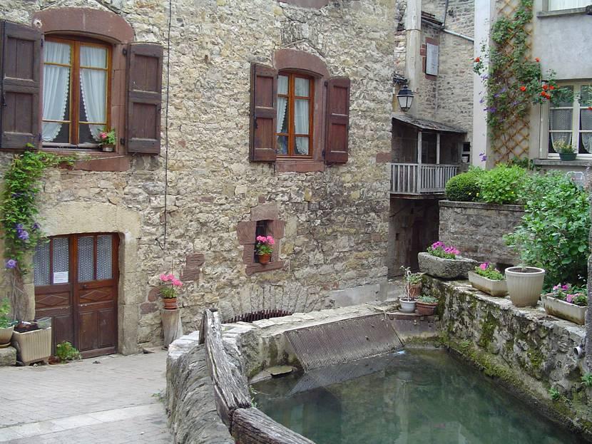 Le béal du Moulin de la ville à La Canourgue.