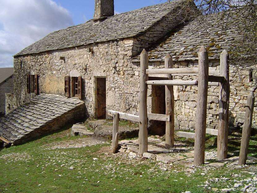 la ferme Caussenarde d'Autrefois sur le Causse Méjean et son ferradou.