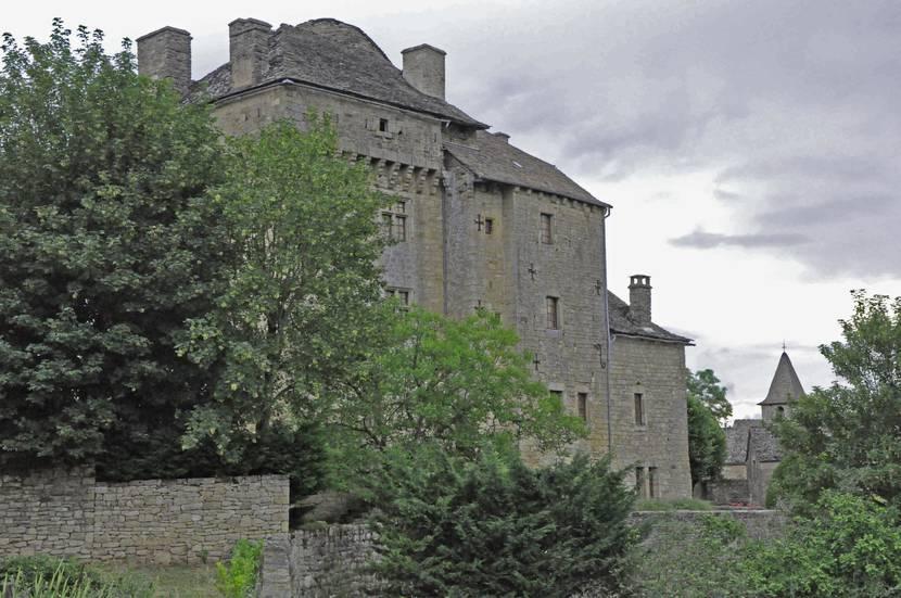 Le donjon du château de Montjézieu.