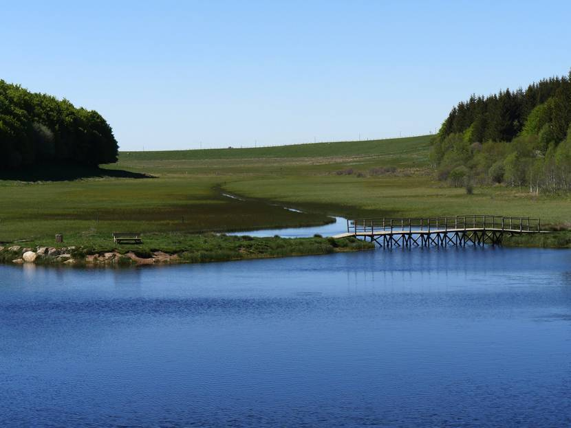 L'étang de Bonnecombe sur l'Aubrac un jour de soleil.
