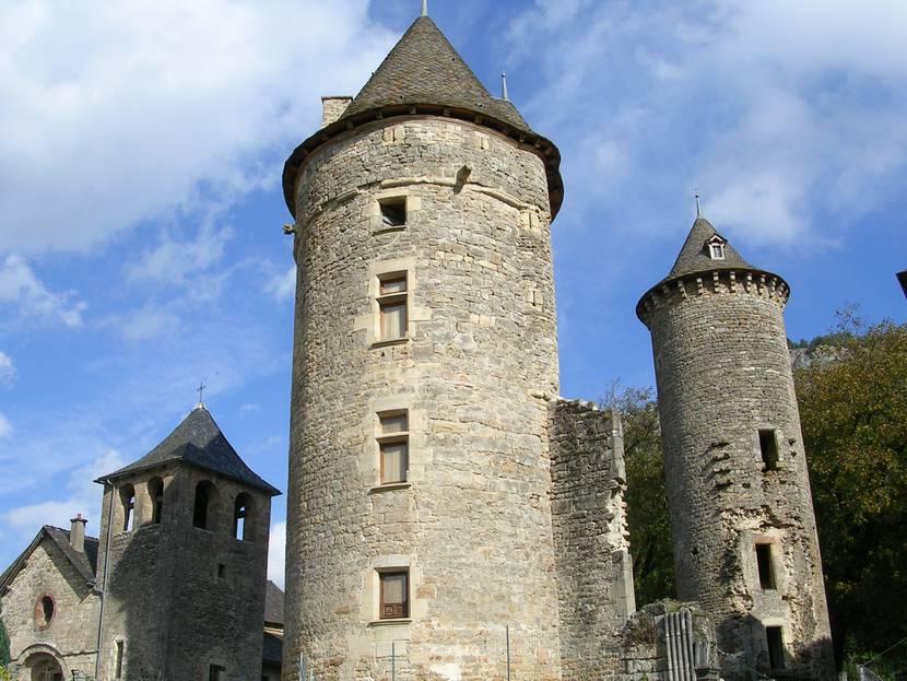 Une des tours du château de Saint-Saturnin.