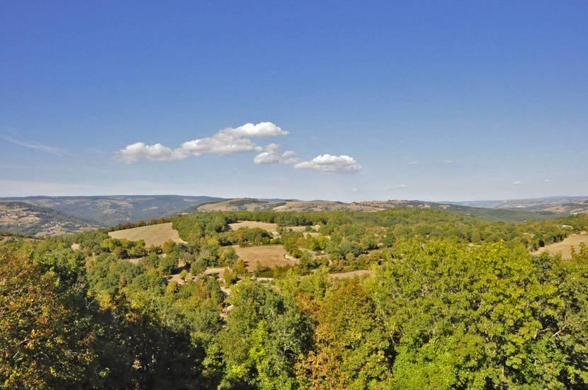 Vue du château de Canilhac sur la Vallée du Lot et les Monts d'Aubrac.