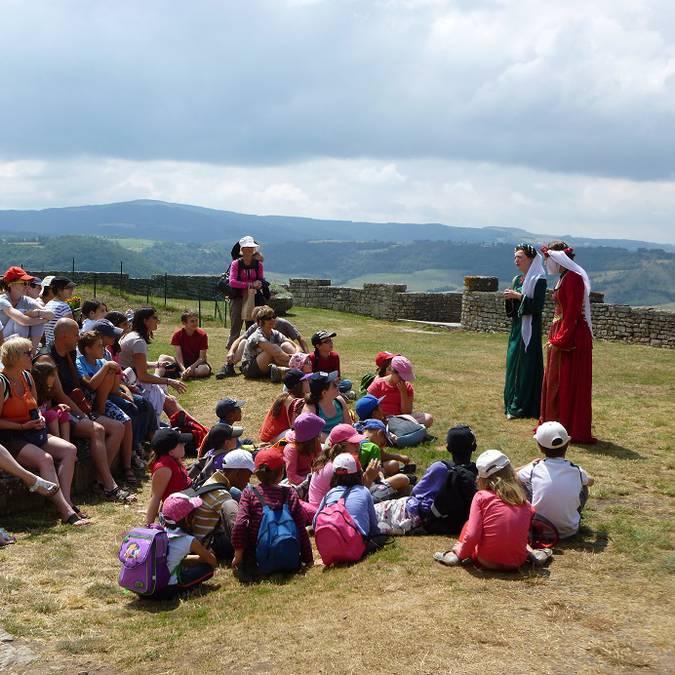 Groupe d'enfants écoutant attentivement l'histoire du château de Sévérac.