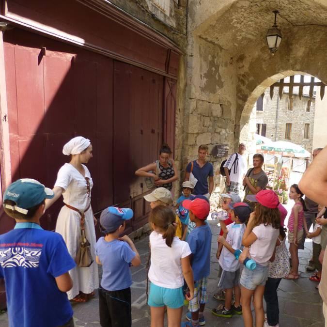 Groupe de personne au début de la visite guidée du château de Sévérac.