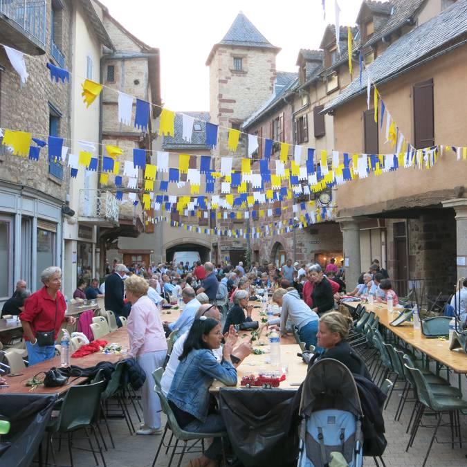 Repas sur la place au blé lors de la Fête de La Canourgue en août.